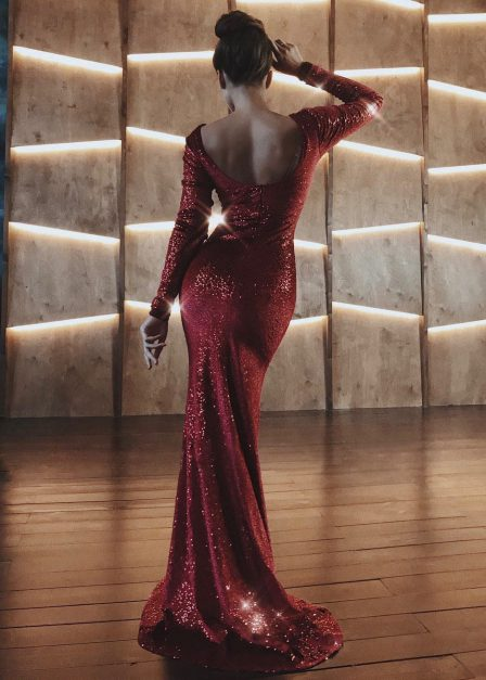 Długa sukienka na sylwestra cekinowa Amy bordowa tył