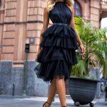 Tiulowa sukienka Zoya z falbanami wiązana za szyją czarna