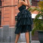 Tiulowa sukienka Zoya z falbanami wiązana za szyją czarna tył