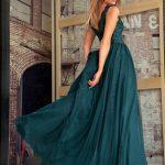 Długa sukienka z dekoltem koronkowym z rozporkiem bez rękawa Chiara Zielona