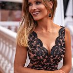 Długa sukienka z dekoltem koronkowym z rozporkiem bez rękawa Chiara czarna