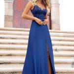 Długa sukienka Melani z koronkową górą i rozporkiem granato