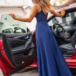 Długa sukienka Melani z koronkową górą i rozporkiem granatowa tył