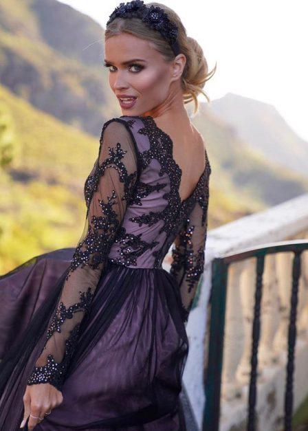 długa sukienka z rozcięciem na udzie adel z koronkową górą i rękawami adel tył