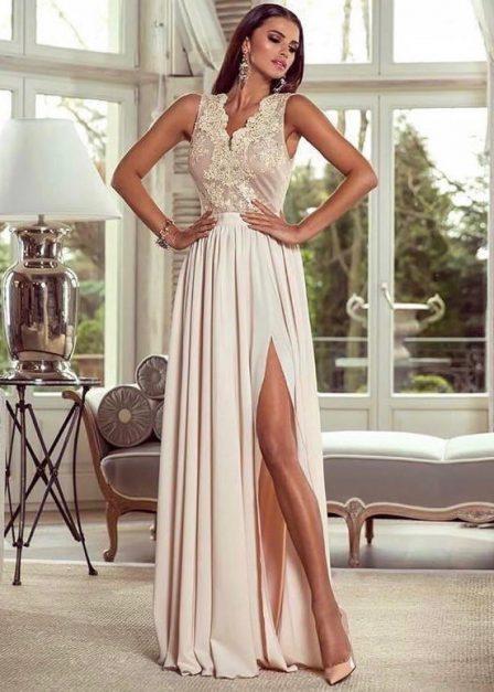 Długa sukienka z koronkową górą bez rękawów z rozkoporkiem Elena Beżowa
