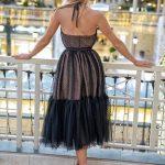 długa tiulowa sukienka lara czarna w groszki z odkrytymi ramionami tył