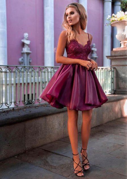krótka sukienka na ramiączkach z koronkową górą loretta bordowa