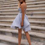 szara krótka sukienka loretta na ramiączkach z odkrytymi ramionami tył