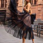 długa tiulowa sukienka lara czarna w groszki z odkrytymi ramionami