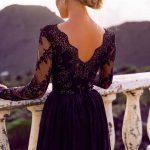 długa sukienka z koronkowym rękawem czarna tył