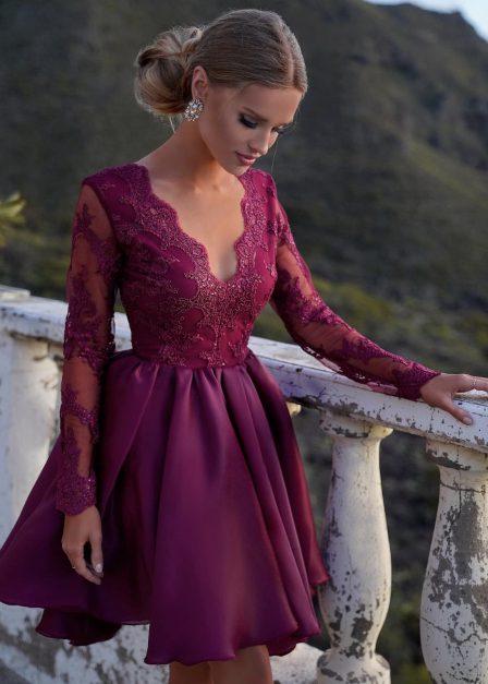 krótka sukienka z rozkloszowanym dołem i koronkową górą borodowa przód